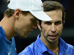 Tomáš Berdych (vlevo) a Radek Štěpánek se domlouvají na taktice proti španělskému deblu Marcel Granollers, Mark López ve finále Davis Cupu.