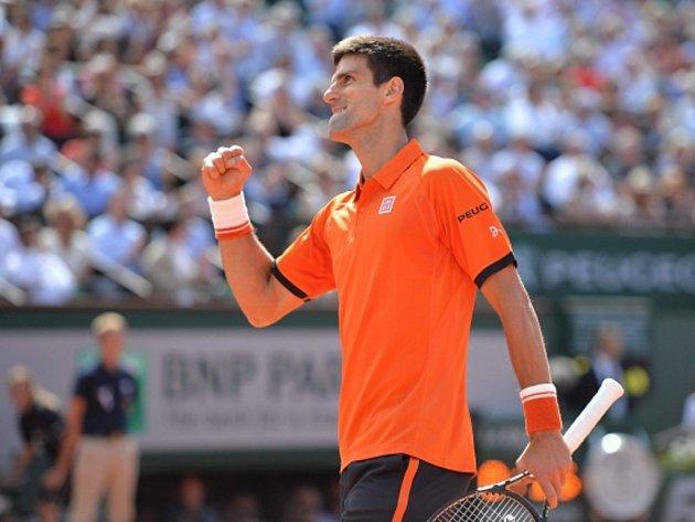 Novak Djokovič se raduje z vítězství nad Rafaelem Nadalem.