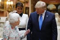 Britská královna Alžběta II. a americký prezident Donald Trump Buckinghamském paláci
