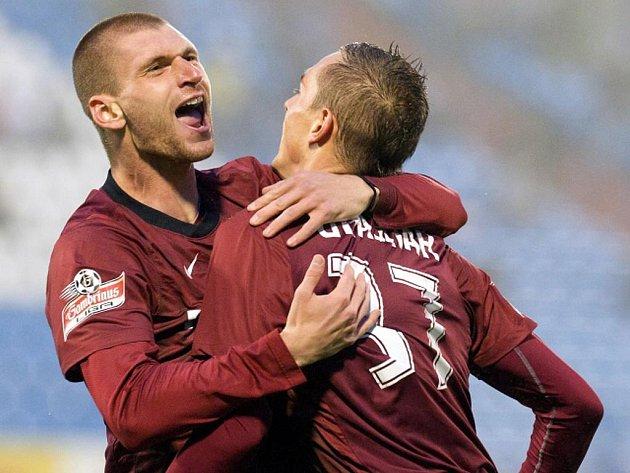 Fotbalisté Sparty Martin Juhar (vlevo) a Martin Grajciar se radují z gólu..