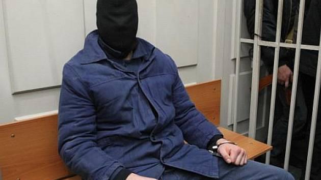 Obžalovaný Nikita Tichonov s kuklou na hlavě