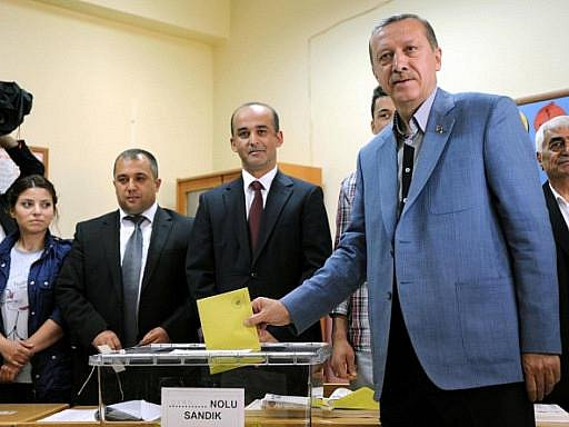 V nedělních parlamentních volbách v Turecku vyhrála podle očekávání Strana spravedlnosti a rozvoje (AKP) premiéra Recepa Tayyipa Erdogana (na snímku).