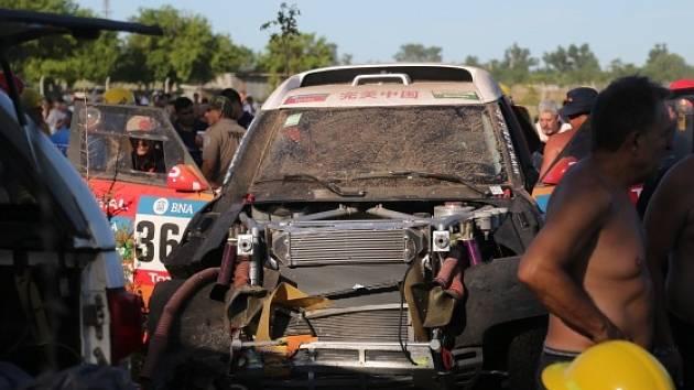 Sobotní prolog Dakaru poznamenala nehoda čínské posádky s vozem Mini. Zraněni byli diváci