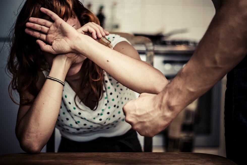 Domácí násilí je velký problém, za který se mnoho lidí stydí. A neřeší to.