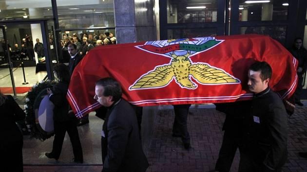 Zřízenci odnášejí rakev s Eusébiem. Je pokrytá vlajkou Benfiky Lisabon, klubem jeho srdce.
