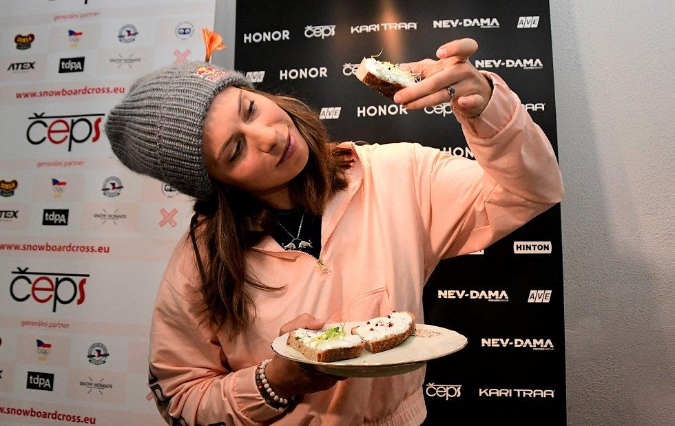 Chleba od šampionky. Eva Samková se chlubí doma upečeným chlebem s vlastní pomazánkou.