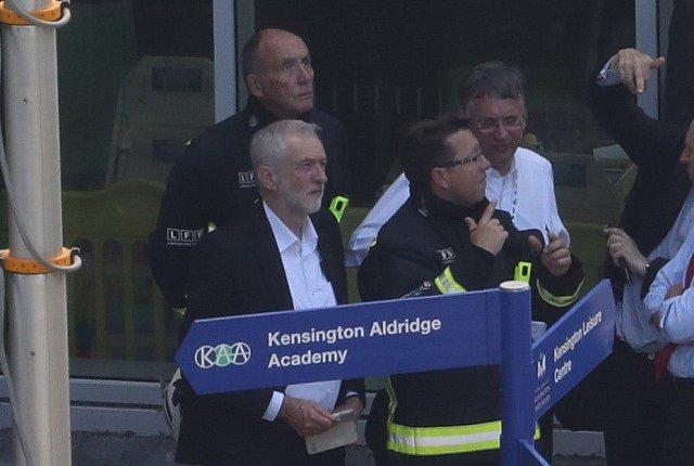 Na místo požáru přijel i šéf labouristů Jeremy Corbyn.