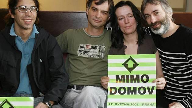 Out of Home – Mimo domov. Projekt pomáhá řešit integraci sociálně handicapované mládeže do běžného života. Na snímku zleva: Robin Čumpelík, hlavní organizátor festivalu, herec Ivan Trojan, Klára Chábová a herec Petr Vacek.