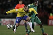 Brazilec Luis Fabiano (v žlutém) blokovaný Kagisho Dikgacoiem z Jihoafrické republiky.
