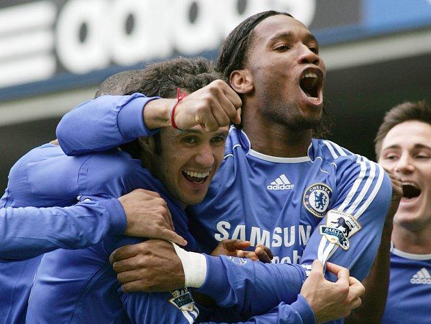 Ricardo Carvalho z Chelsea (vlevo) slaví svůj gól proti Tottenhamu se spoluhráčem Didierem Drogbou (uprostřed) a Frankem Lampardem (vpravo).