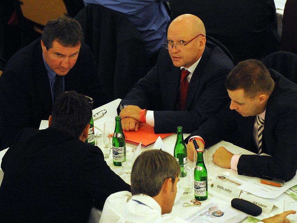 Jiří Kubíček a Ivan Hašek debatují během projevu dosluhujícího předsedy ČMFS Pavla Mokrého.