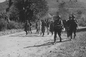 Němci odvádějí kragujevské civilisty, aby je postříleli ve zločinné odvetě za partyzánskou akci srbských četniků