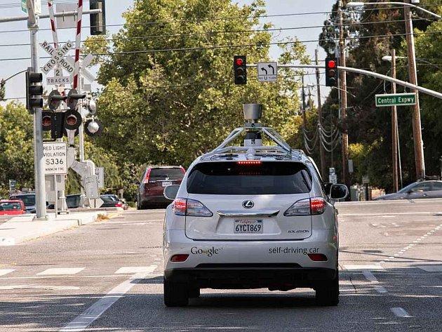 """Google vyvíjí auto, které umí jet """"bez"""" řidiče."""