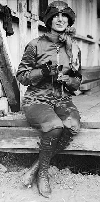 Harriet Quimbyová, jedna z průkopnic letectví. V šestatřiceti letech se stala první Američankou, která získala pilotní licenci. Celý život se vzpírala konvencím. Jako vůbec první žena tato novinářka a pilotka přeletěla Lamanšský průliv.