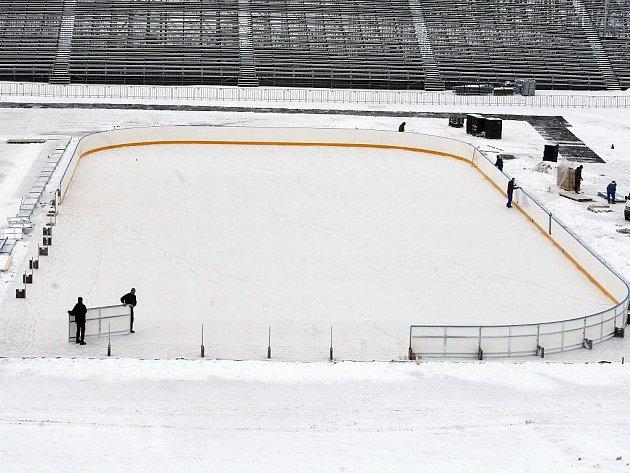 Stavba mantinelů ledové plochy na pardubickém plochodrážním stadionu ve Svítkově na venkovní hokejové utkání – Hockey Open Air Game 2011.