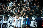 Hradečtí fotbalisté oslavují s fanoušky gól do sítě Pardubic.