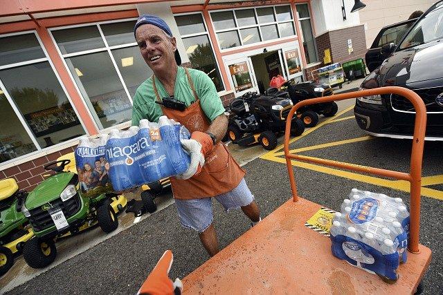 Lidé se připravují na hurikán Florence.