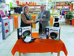 Ředitel supermarketu Terno České Budějovice Miroslav Konfršt předává výhru paní Janě Podhradské z Dráchova u Soběslavi.