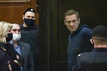 Opoziční předák Alexej Navalnyj hovoří u soudu se svými právníky.