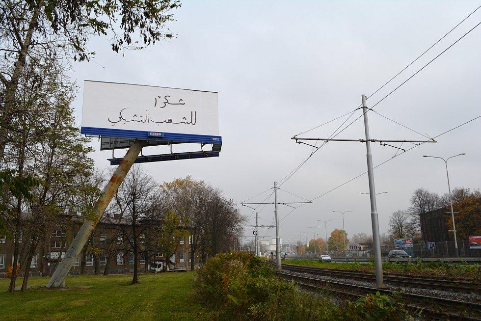 Billboard s cizojazyčnými nápisy v Ostravě.
