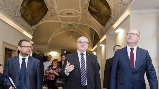 Premiér Bohuslav Sobotka (vpravo), ministr kultury Daniel Herman a generální ředitel Národní knihovny Martin Kocanda.