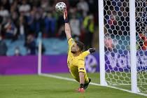 Italský brankář Gianluigi Donnarumma chytá penaltu v rozstřelu proti Španělsku.