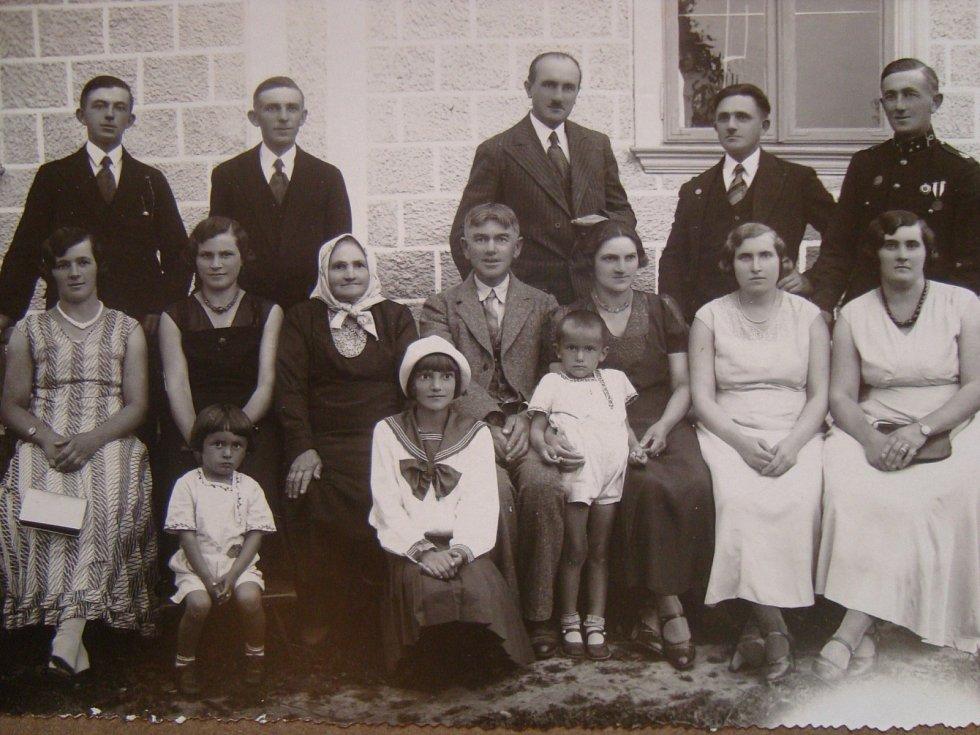 Rodina Fickova v obci Semiduby - učitel Vladimír Ficek se svými bratry (kromě vojáka), pod nimi jejich ženy a sestra Vladimíra Ficka se svým manželem, rok 1932