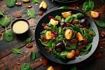 Římský salát se švestkami