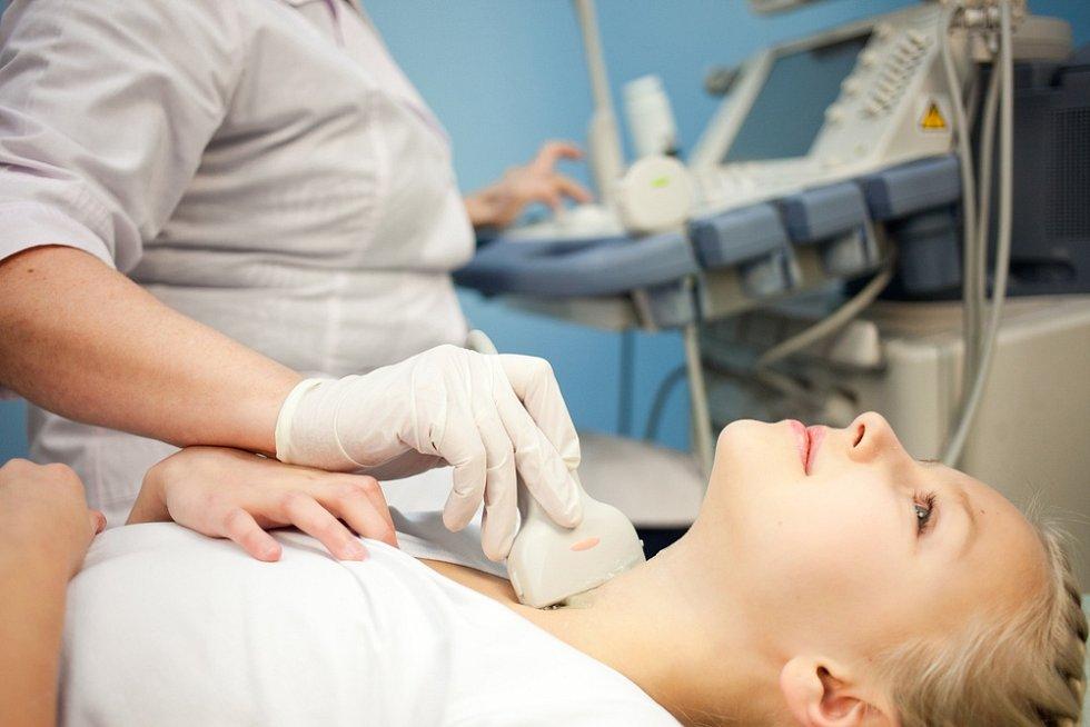 Těhotenství obecně klade na štítnou žlázu v těhotenství vyšší nároky – musí zvednout tvorbu hormonu (tyroxinu) přibližně o polovinu.