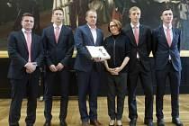 Fotbalisté Slavie v čele s koučem Dušanem Uhrinem (vlevo) převzali od primátorky Adriany Krnáčové klíč od hlavního města
