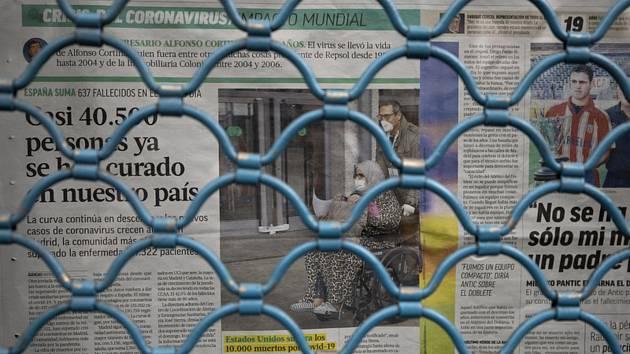 Noviny ve výloze baru v Madridu