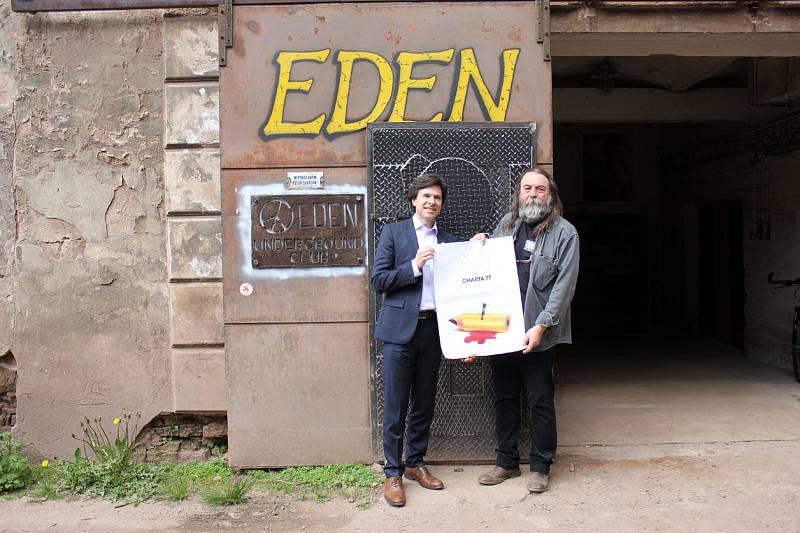 Před undergroundovým klubem s americkým velvyslanecem Andy Shapirem, který klub navštívil při své návštěvě Broumova v květnu 2016