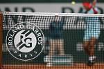 Logo French Open na tenisové síti.