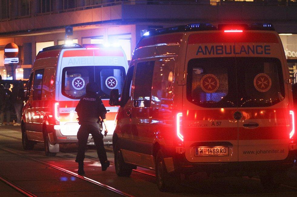 Rakouský policista a sanitky na místě v centru Vídně, kde došlo 2. listopadu ke střelbě.