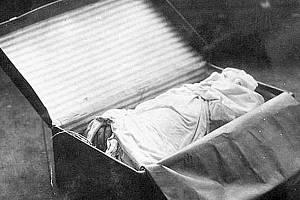 Jeden ze dvou kufrů obsahujících části těla Otýlie Vranské zabalené do prostěradla