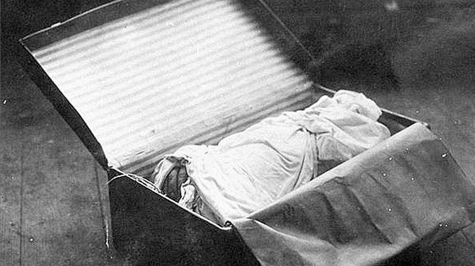 Jeden ze dvou kufrů obsahujících části těla zabalené do prostěradla