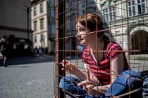 Redaktorka Deníku Veronika Rodriguez si vyzkoušela na 12 hodin protestovat v kleci na pražském Malostranské náměstí pro schválení o zákazu kožešinových farem.