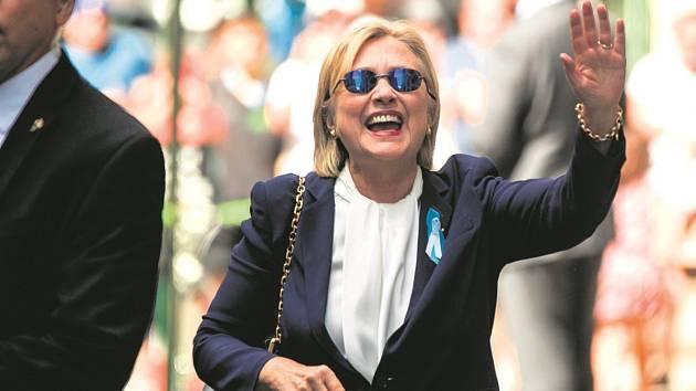JAK JE NA TOM? Dopoledne 11. září Clintonová davům mávala, odpoledne se zhroutila. O jejím zdraví vládnou pochyby.