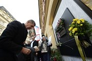 Předseda hnutí ANO Andrej Babiš (na snímku), ministři za hnutí ANO a pražská primátorka Adriana Krnáčová položili 17. listopadu květiny k pamětní desce připomínající události 17. listopadu 1989 na Národní třídě v Praze.