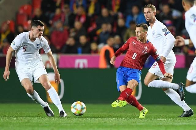 Zleva Michael Keane z Anglie, Vladimír Darida z ČR a Jordan Henderson z Anglie.