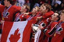 Kanaďané zpívají národní hymnu.