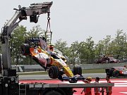 Monopost Nelsona Piqueta ml. nakládá jeřáb na odtahový vůz, vpravo dole projíždí stájový kolega Fernando Alonso, který ale závod VC Španělska také nedokončil.