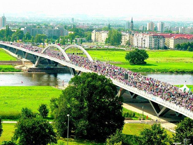 Otevření drážďanského mostu se zúčastnilo 65 tisíc lidí. Kvůli jeho výstavbě se místní roky hádali.