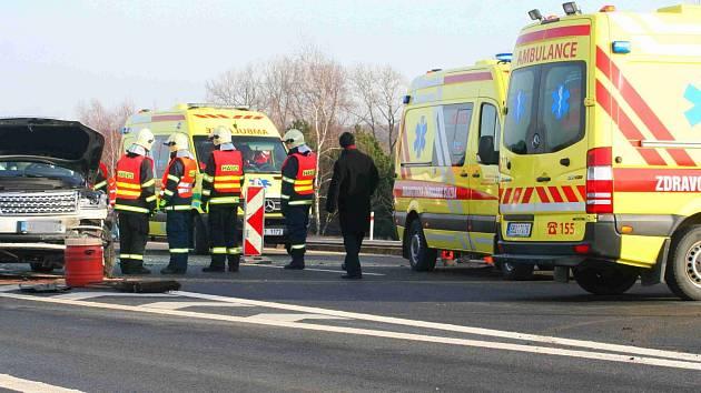 Na dálnici D1 zemřel muž. Opravoval nepojízdné auto, smetl ho kamion