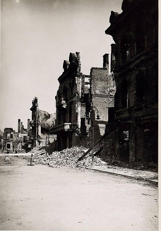 Rozstřílené ulice města po konci druhé světové války