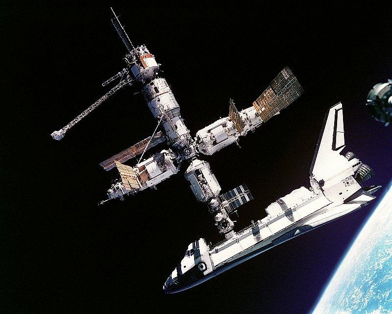 Až sedm misí Atlantis zavedlo k ruské vesmírné stanici Mir. Američtí astronauti k ní začali létat po pádu Železné opony. Atlantis byl vůbec prvním americkým strojem, který se spojil s Mirem.
