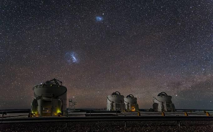 Malý a Velký Magellanův oblak nad Observatoří Paranal v Chile.