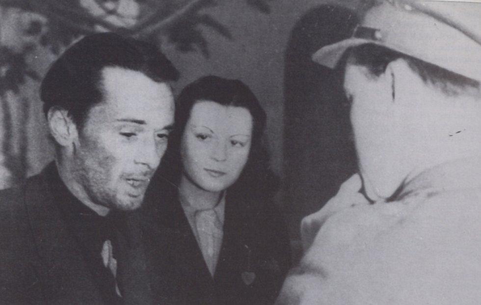 John Amery krátce po zajetí italskými partyzány v dubnu 1945. Muž zády ke kameře je kapitán Alan Whicker, který Ameryho zatkl