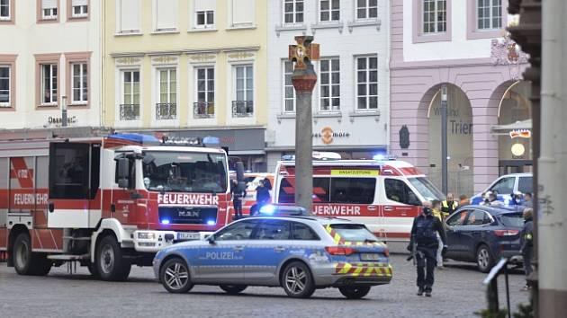 V Trevíru najelo auto do lidí na pěší zóně.