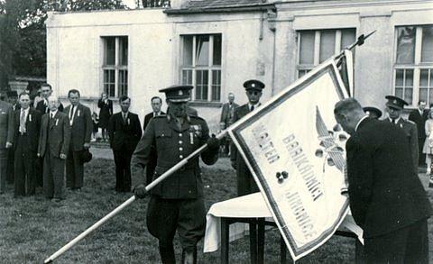 Rozvinutí praporu u jinonické Sokolovny po revoluci v květnu 1945
